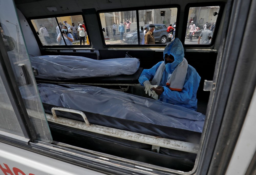 Hindistan'da günlük Covid-19 vaka sayısı üst üste rekor kırdı: İki hasta aynı yatakta tedavi görüyor - 9
