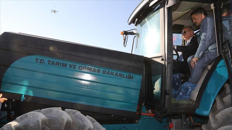 Bakan Pakdemirli ile bindiği Türkiye'de ilk olma özelliği taşıyan ve yerli olarak geliştirilen elektrikli traktörü kullanan Erdoğan, traktörün arkasındaki pullukla tarla sürdü