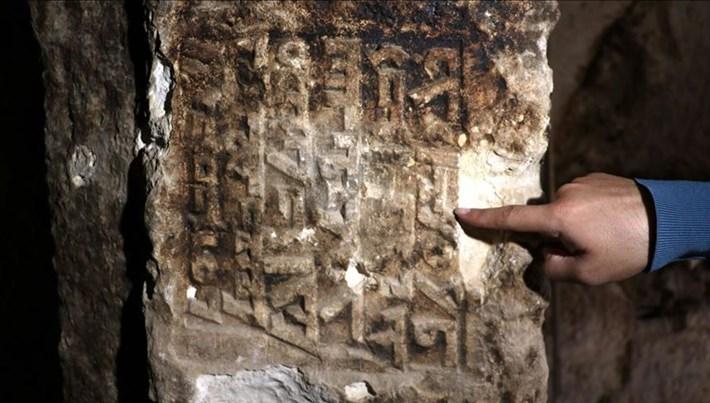 Kaya mezarında Süryanice kitabe bulundu