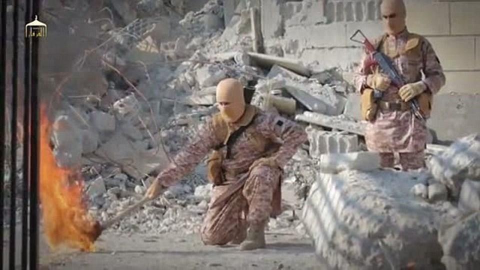 Yayınlanan videoda IŞİD militanı Ürdünlü pilotun bulunduğu kafesi ateşe verirken görülüyor.