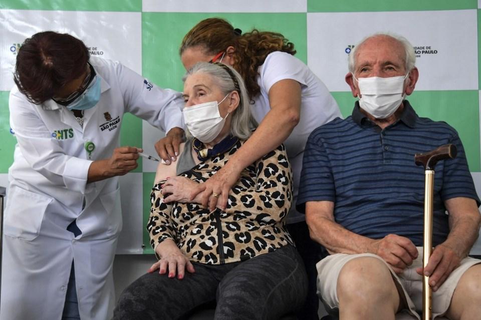 Corona virüs aşısı olan yaşlılar