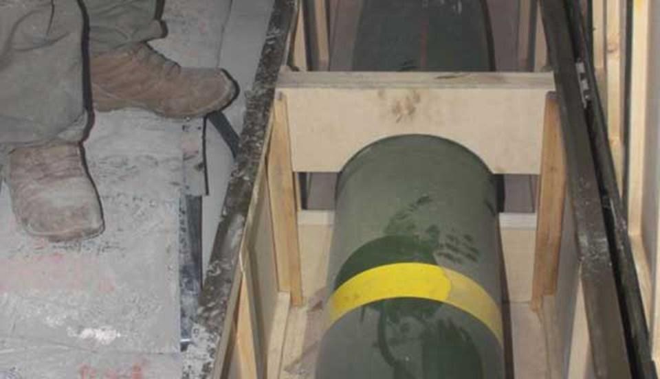 İran gemisine el koyan İsrail ordusu, gemide olduğunu iddia ettiği füzelerden birinin fotoğrafını yayınladı.