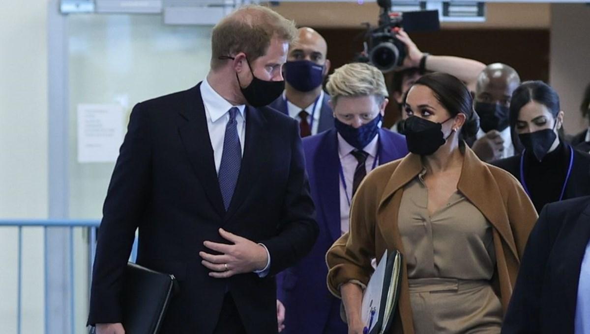 Prens Harry izin versin diye Meghan Markle'ın gözünün içine bakıyor