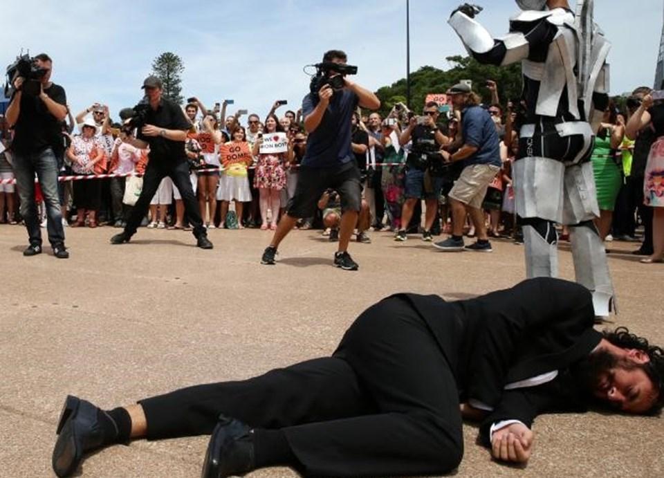 Sidney polisi tarafından madalyaya layık görülen genç demir adama, Ironman filminin oyuncusu RobertDowneyJR'dan da destek geldi.