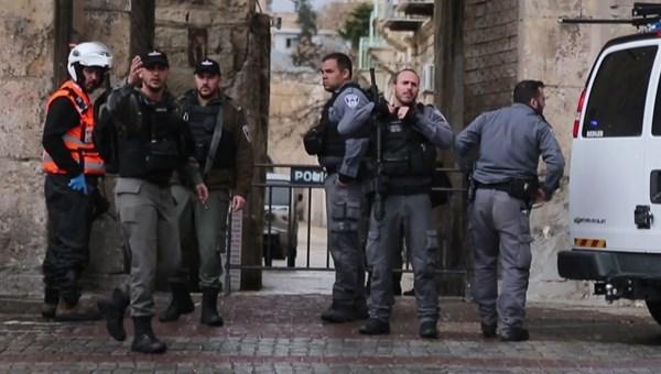 İsrail polisi Kudüs'te bir Filistinliyi...