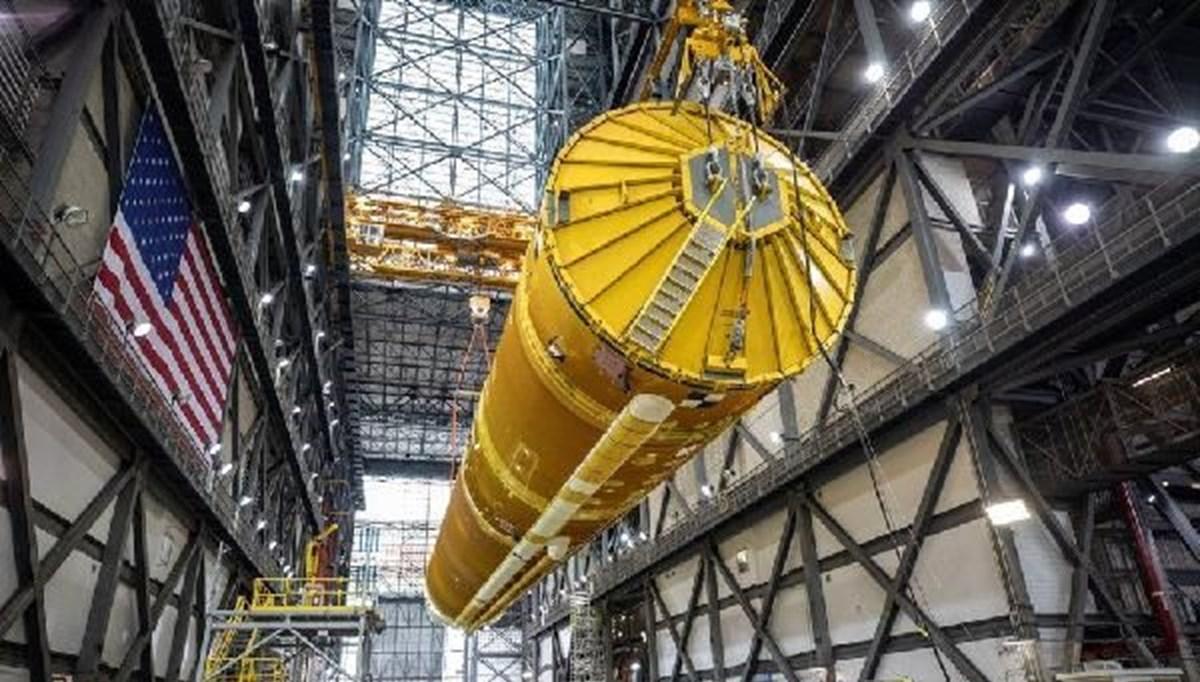 NASA dev roketleri birleştiriyor: Ay'a ilk kadını taşıyacak