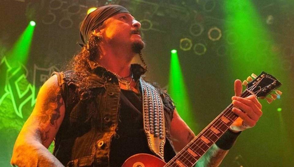 Blind Guardan'ın vokali Hansi Kürsch ile Jon Schaffer'ın kendi gruplarından ayrı olarak Demons & Wizards adına bir proje grupları yer alıyor.