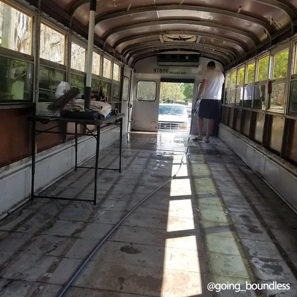 22 yıllık okul otobüsünü 1.5 yıllık çalışmayla harika bir eve dönüştürdüler - 2