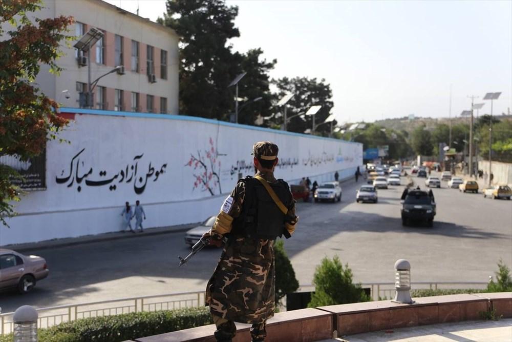 Kabil'de terk edilen ABD büyükelçiliğinin duvarına Taliban bayrağı çizildi - 2