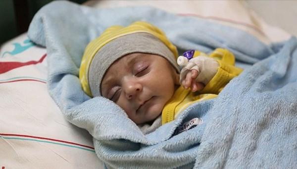Yaşamaz denilen Ömer bebek yaşam savaşını kazandı
