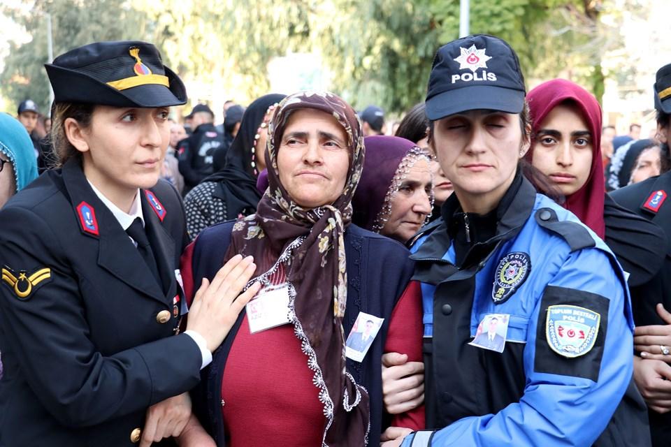 Şehit Karakoç'un annesi Fatma Karakoç, cenaze töreninde güçlükle ayakta durabildi.