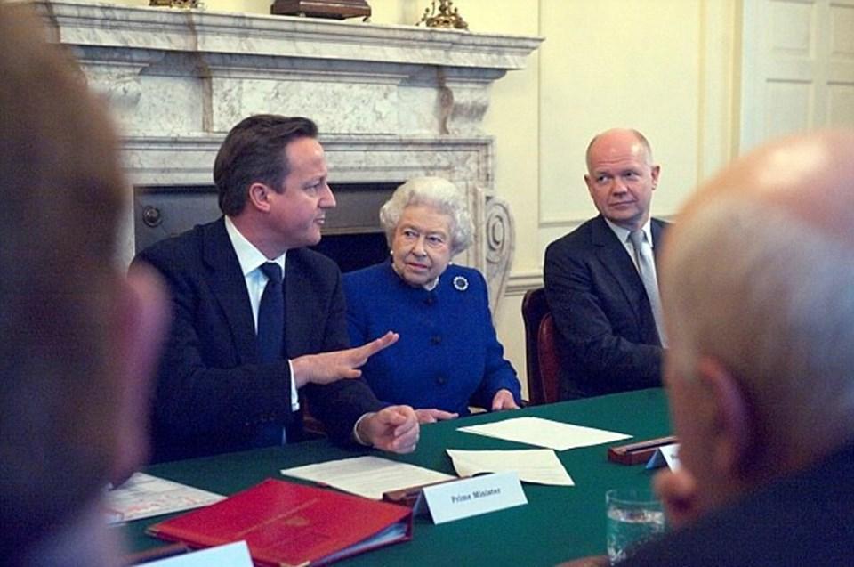 David Cameron kısa süre öncesine kadar İngiltere Kraliçesi İkinci Elizabeth'le birlikte kameralara poz veriyordu.