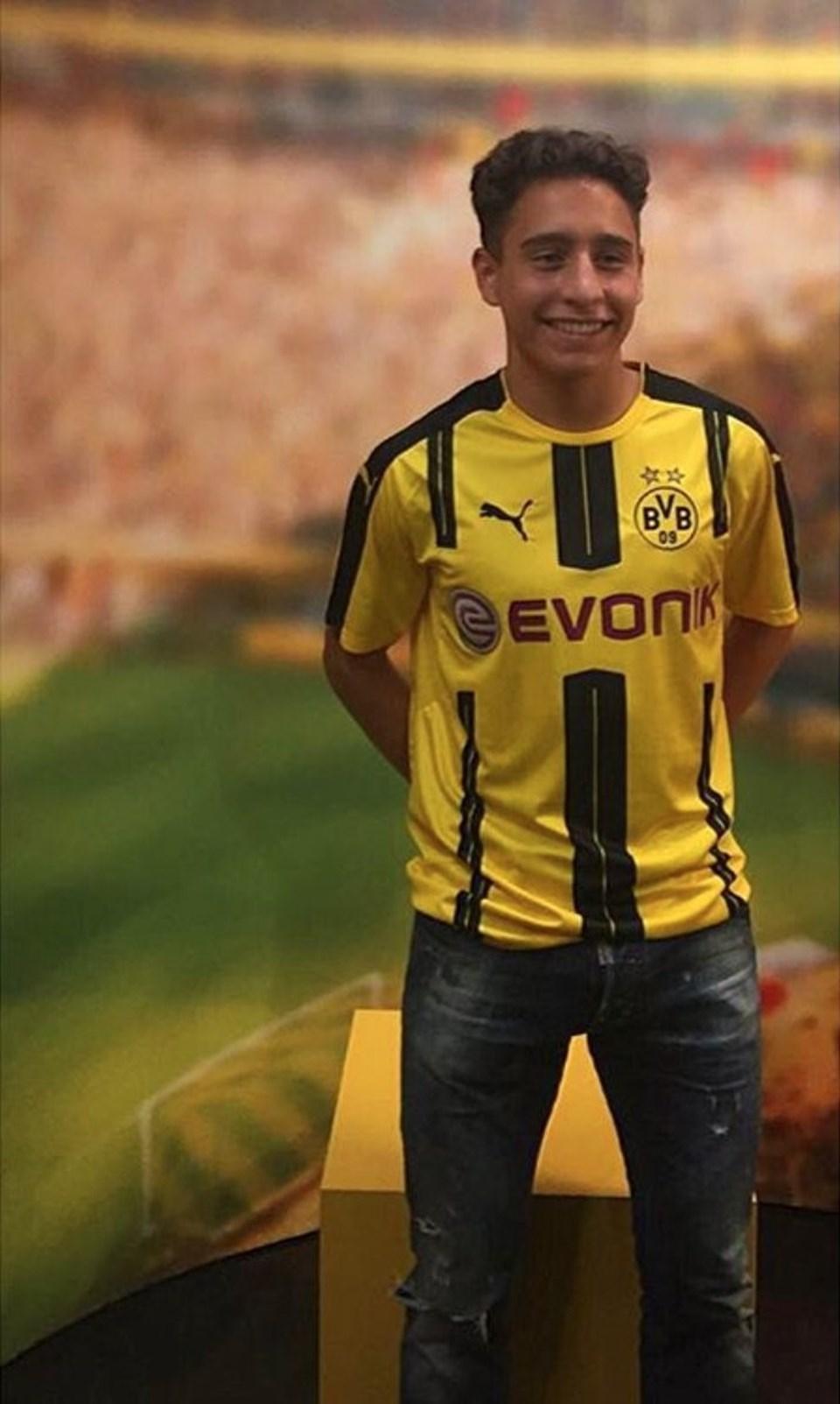 """Dortmund'a transferiyle ilgili Twitter hesabından açıklama yapan Emre Mor, """"Çok onur duydum ve mutluyum"""" dedi. Emre Mor mesajını Borussia Dortmunda formasını giyerek verdi."""