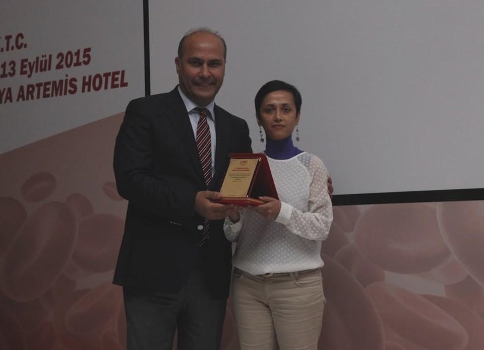 Prof. Fevzi Altuntaş, Hayata Tutunma Öyküleri yarışmasının jüri üyelerinden ntv.com.tr Editörü Tülay Karabağ'a plaket verdi.