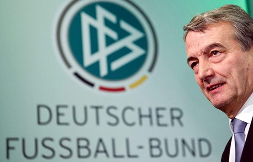 Alman Futbol Federasyonu Başkanı Wolfgang Niersbach kamuoyunda artan baskılar üzerine istifa etmek zorunda kaldı.