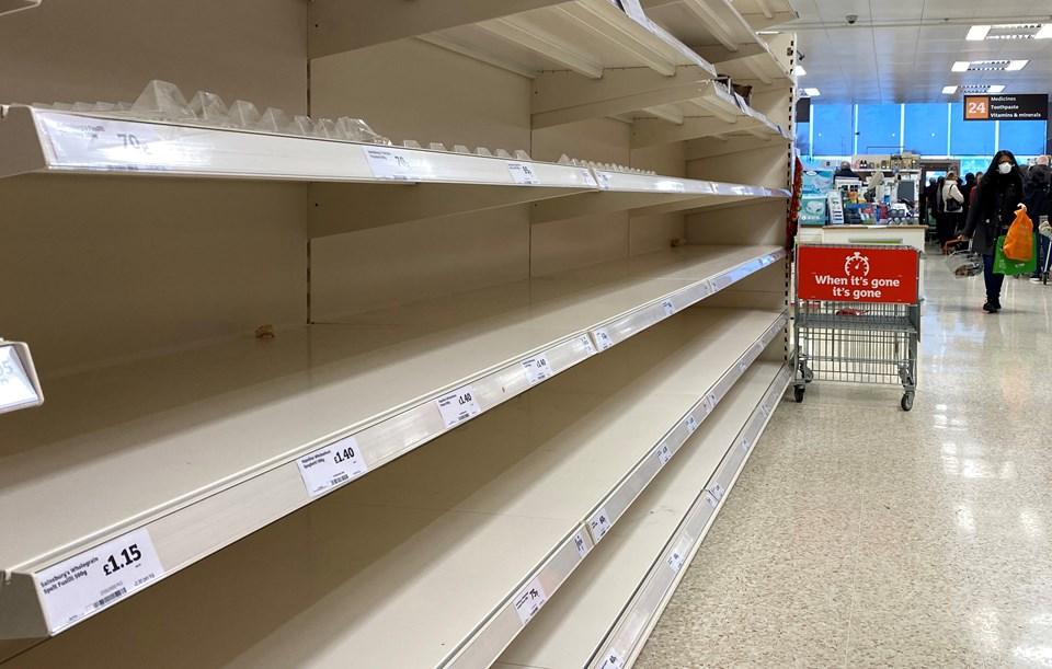 İngiltere'de yaşanan corona virüs paniği insanların marketlere hücum etmesine neden oldu.