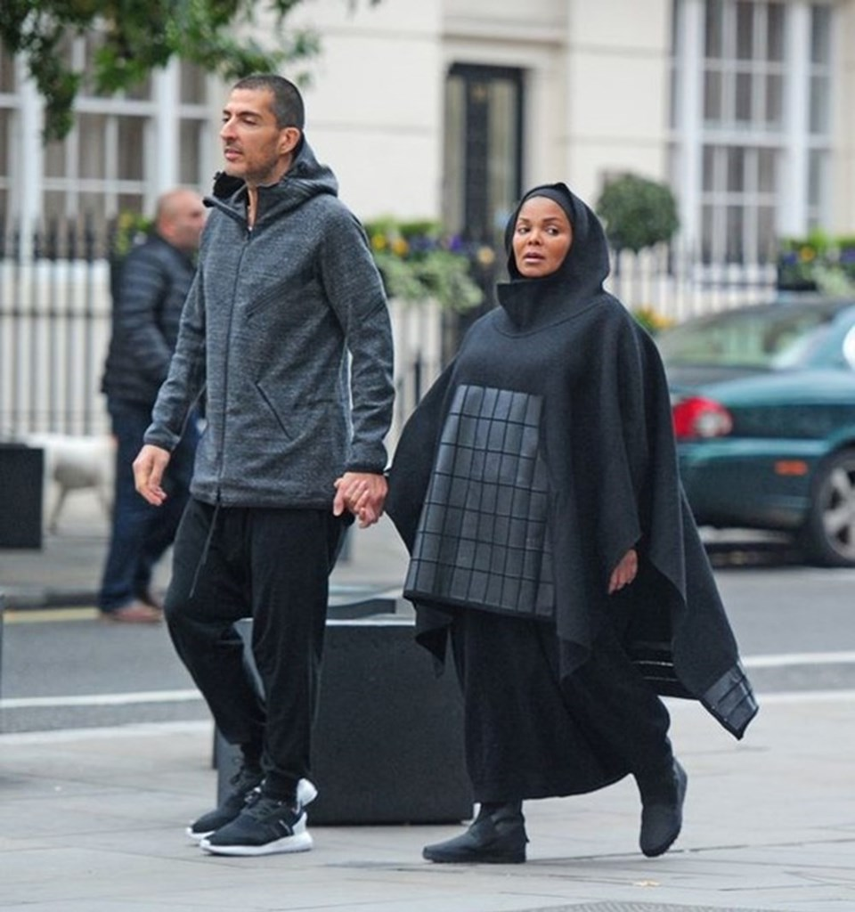 KatarlıWissam Al Mana ile evliliği döneminde tesettüre girdi.