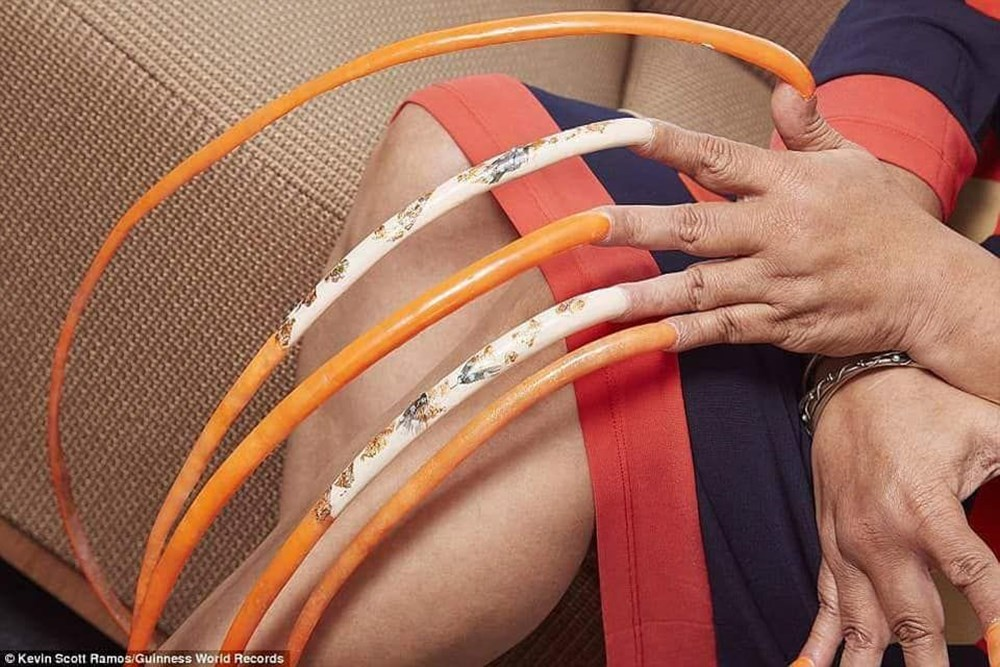 7 meters 33 centimeters: The person with the longest nails in the world cut their nails after 30 years - 13