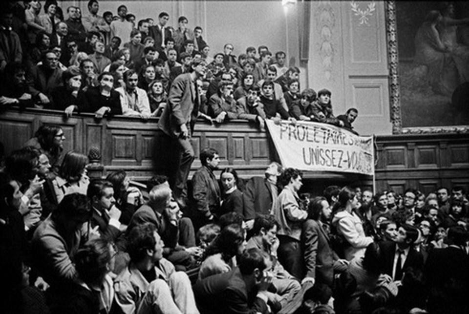 Mayıs 1968'de Sorbonne'da bir anfi öğrencilerin işgali altında