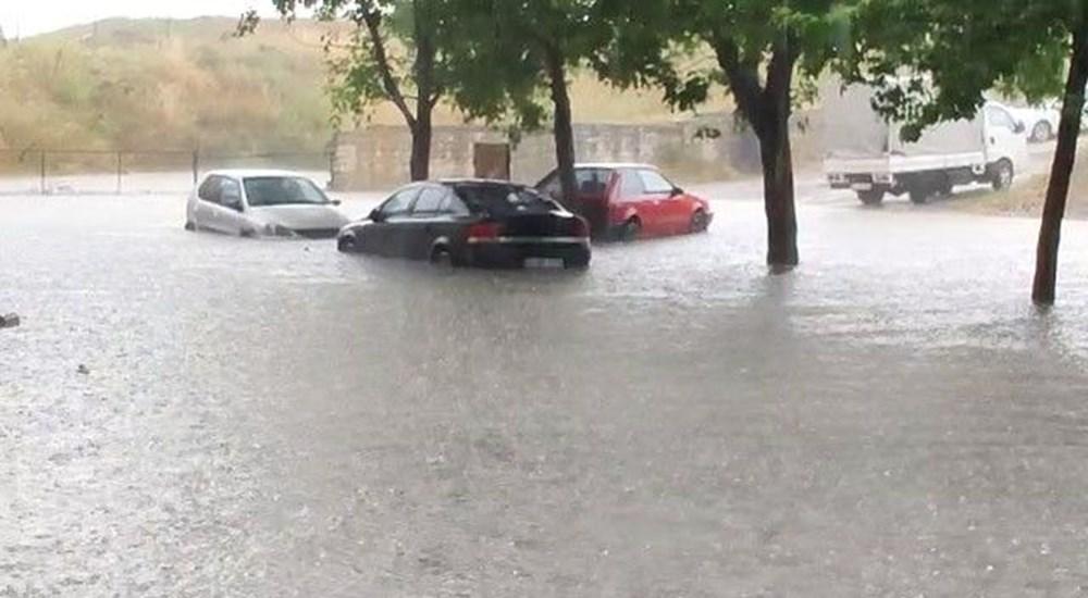 İstanbul'u sağanak vurdu: Evleri su bastı, araçlar mahsur kaldı - 8