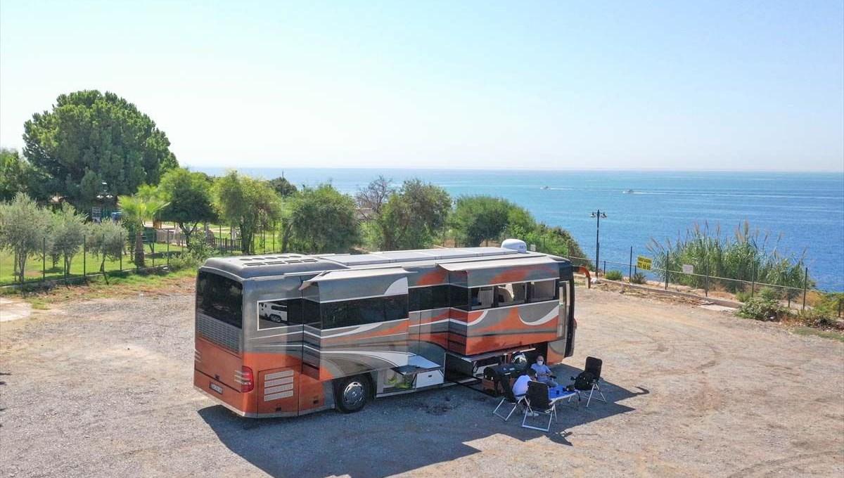 Gezme tutkusuyla hayallerinin peşinden gitti: Otobüsü lüks karavana dönüştürdü