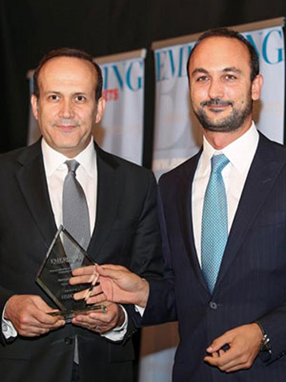 Bakan Mehmet Şimşek'in ödülünü Türkiye'nin Washinton Büyükelçisi Namık Tan aldı.