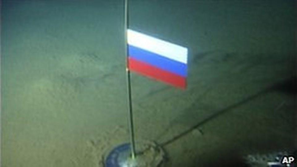 Rusya'nın 2007'de okyanus dibine diktiği bayrak, bir işaret fişeği oldu.