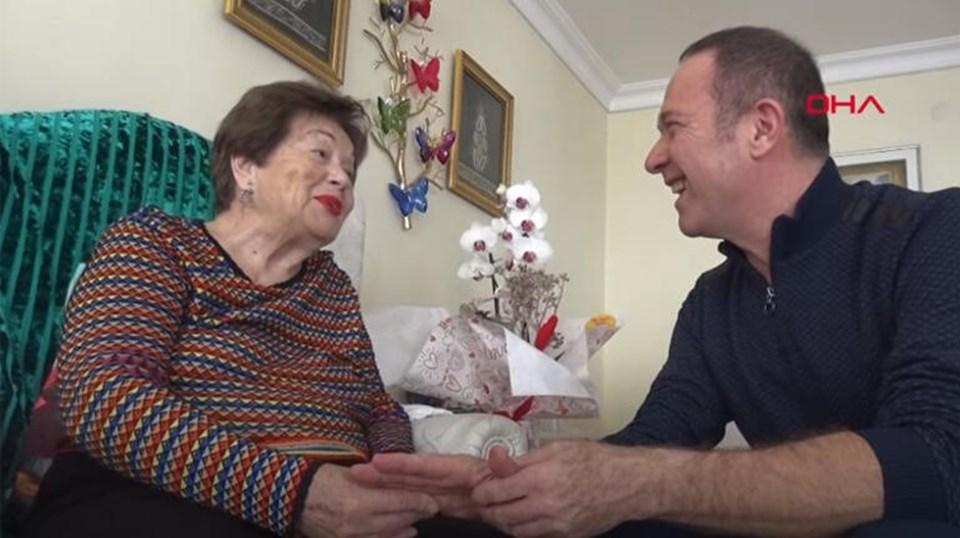Yaklaşık bir yıl önce Yıldız Ayhan'ı evinde ziyaret eden sanatçı Sümer Ezgü, 'ustam' dediği Ayhan ile birlikte 'Yarim İstanbul'u Mesken mi Tuttun' türküsünü söylemişti.