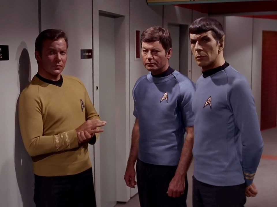 Leonard Nimoy, William Shatner ve DeForest Kelley 1966 yapımı Star Trek filminde