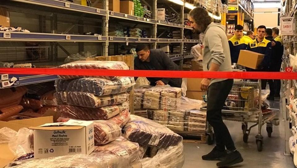 Corona virüs nedeniyle gıda ve hijyen ürünü stoğu yapmak isteyen müşteriler market raflarını boşaltmıştı...