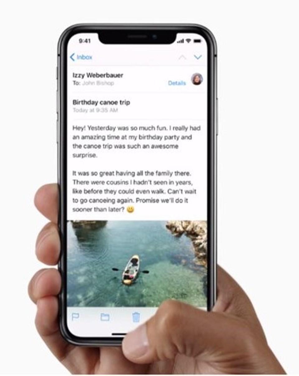 iPhone 8'e kıyasla daha ufak bir kasaya ev sahipliği yapan iPhone X çerçevesiz ekranı sayesinde daha büyük bir ekrana sahip. 5.8 inçlik bir ekrana ev sahipliği yapan iPhone X, Apple'ın ürettiği ilk çerçevesiz ekrana sahip iPhone modeli olarak dikkat çekiyor.