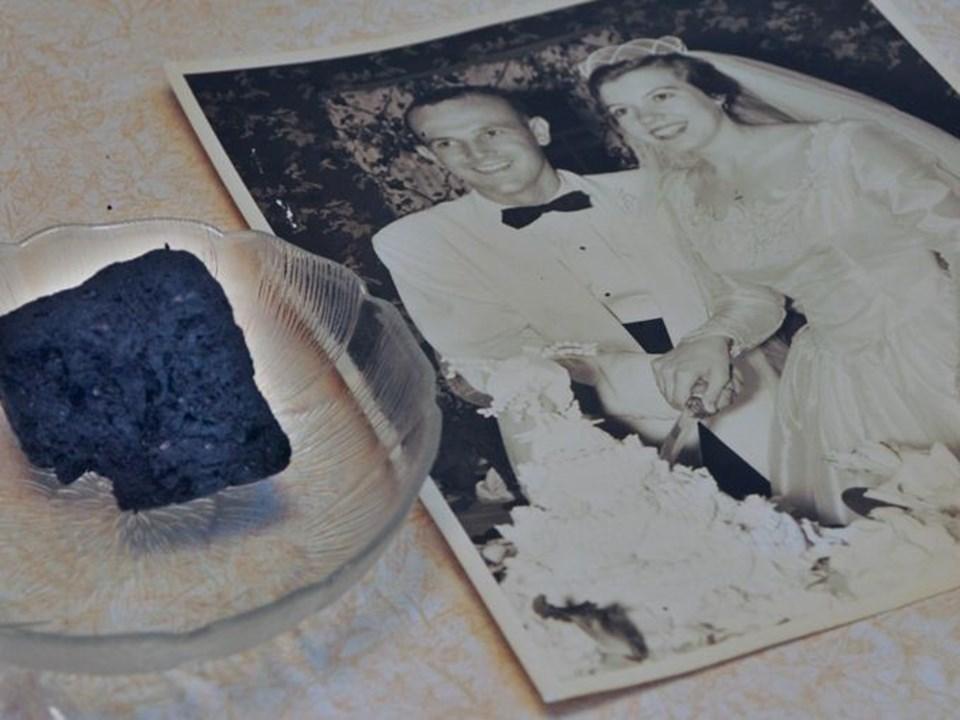 Çift, her yıldönümünde, meyveli düğün pastasından birer parça yiyor.
