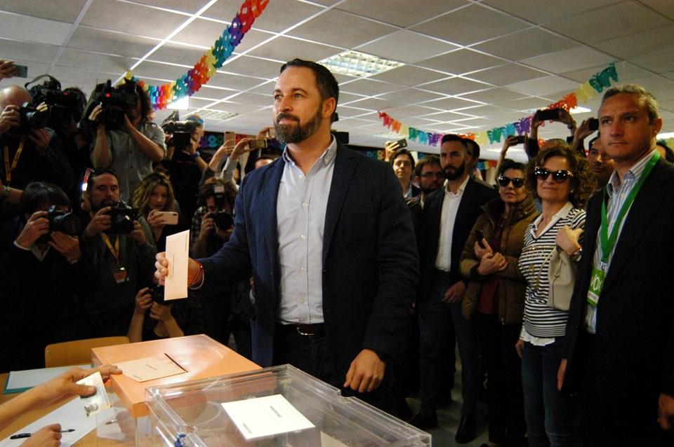 İlk defa genel seçime katılan aşırı sağ görüşlü Vox partisinin lideri Santiago Abascal oyunu Madrid'deki Pinar del Rey Okulu'nda 38 numaralı sandıkta kullandı.