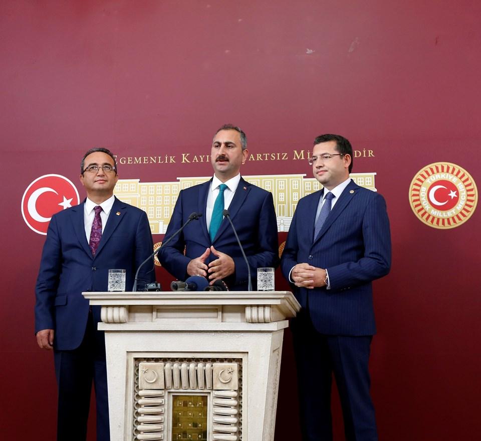 AK Parti Genel Sekreteri Abdulhamit Gül (ortada), CHP Genel Başkan Yardımcısı Bülent Tezcan (solda) ve MHP Afyonkarahisar Milletvekili Mehmet Parsak (sağda)