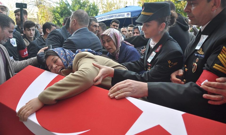 Sinan Köese'nin cenaze törenine katılan kız kardeşi Game Köse (solda), tabuta sarıldı.