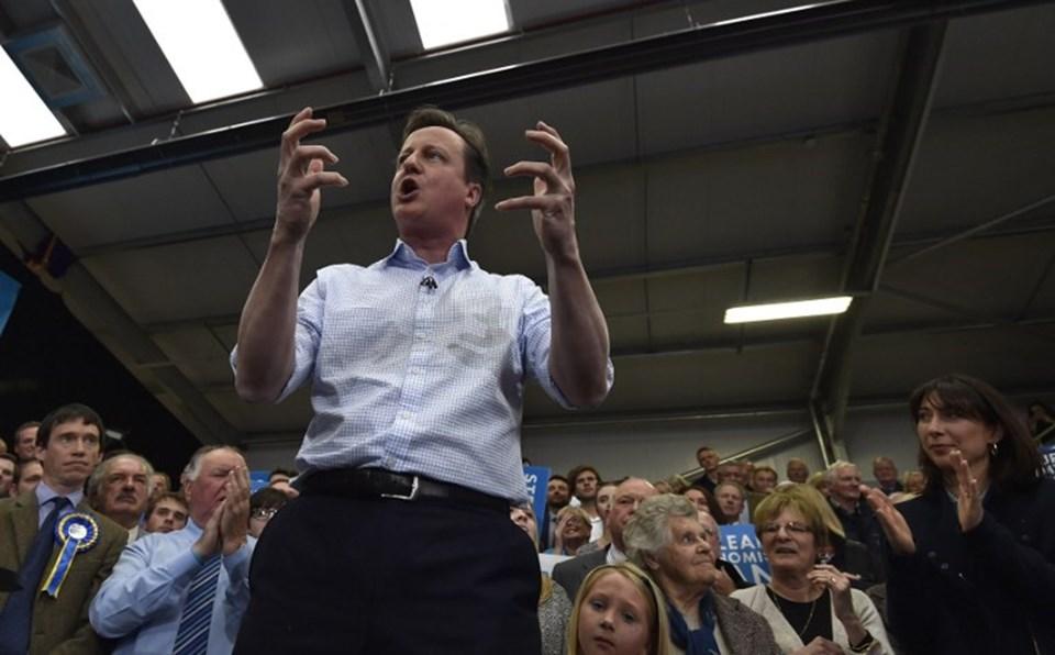 David Cameron, ikinci dönem başbakanlı için eşiyle birlikte Kraliçe İkinci Elizabeth'in huzuruna çıktı.