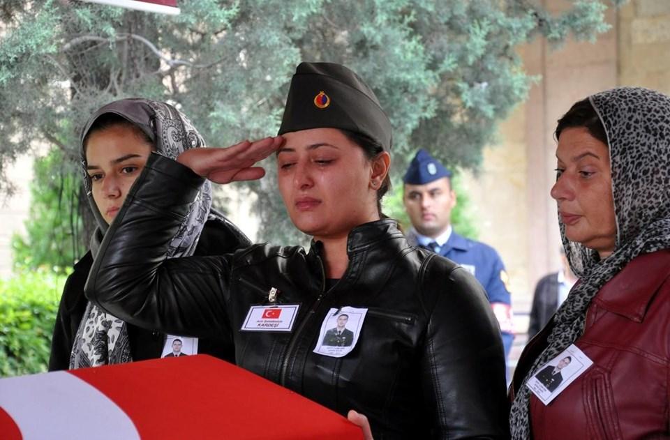 Şehidin ablası Funda Şahin, tabutun başında asker selamı verdi.