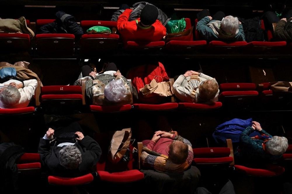 Madrid'de corona virüs aşısı olan yaşlılar için tiyatroda özel gösterim - 5
