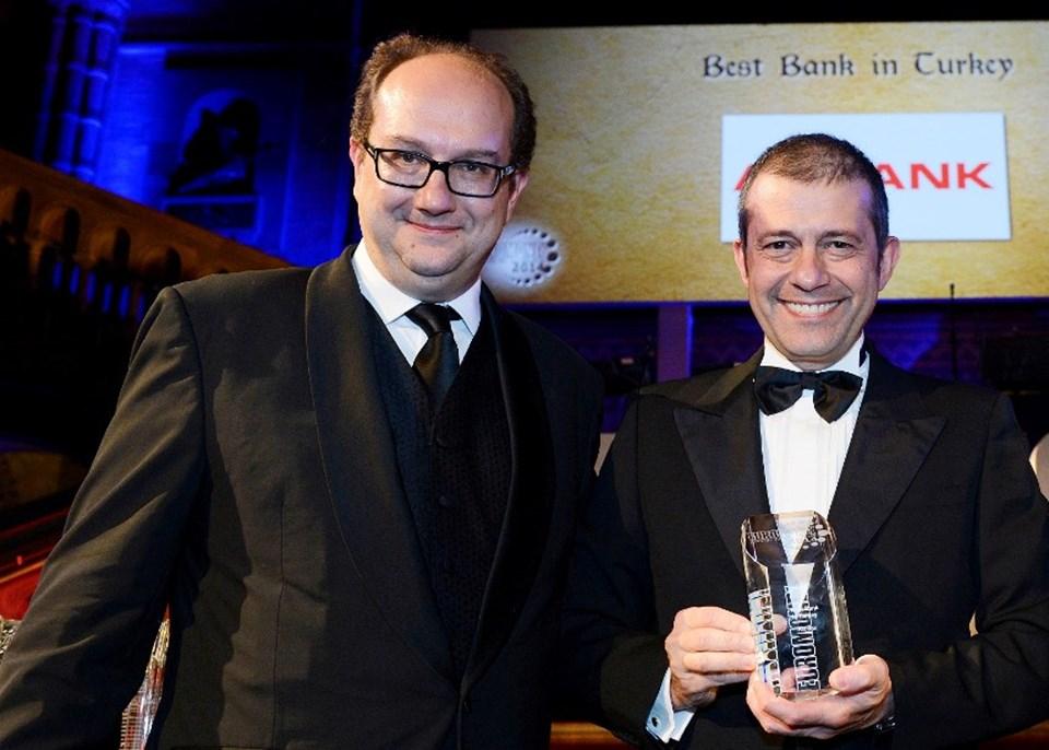 ÖdülüAkbank adına Akbank CEO'su Hakan Binbaşgil aldı. (Sağda)