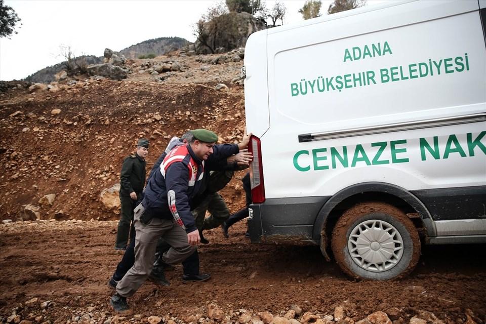 Cenaze aracı, polis ekipleri, askerler ve bazı vatandaşlarca itilerek ilerletildi.