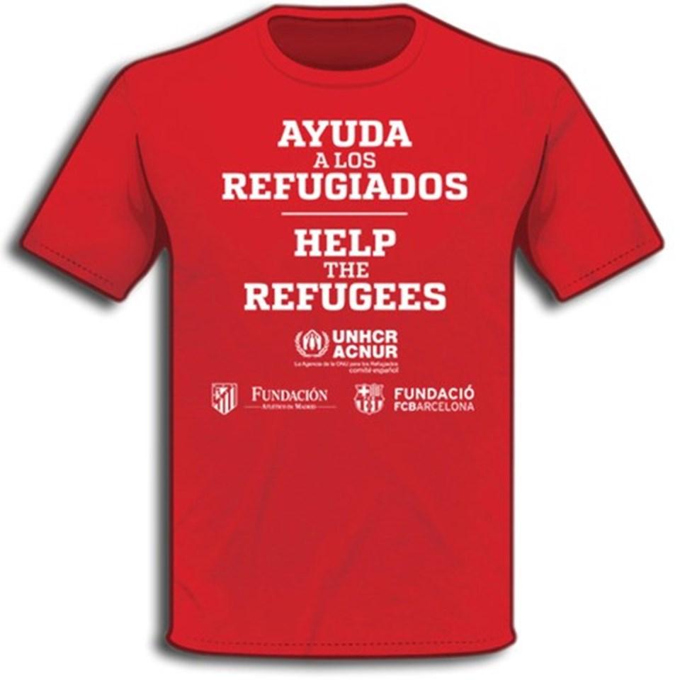 """Tişörtlerin üzerinde """"Sığınmacılara yardım et""""yazısı hem İspanyolca hem de İngilizce olarak yer alıyor."""