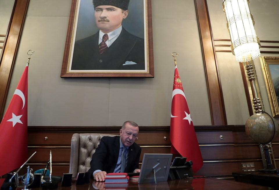 Cumhurbaşkanı Erdoğan'ın Milli Savunma Bakanı Hulusi Akar'dan bilgi alarak Barış Pınarı Harekatı'nın başlama emrini verdiği ana ilişkin görseller, sosyal medya hesabından paylaşıldı.