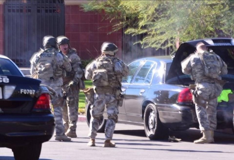 Polis ekiplerinin binaya girdikleri ve odalarda arama yaptıkları, bomba imha uzmanlarının da bombalı tuzaklara karşı incelemede bulunduğu kaydedildi.