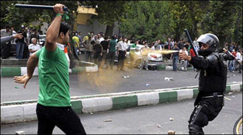 İran'daki sokak çatışmalarının görüntülerimikrobloglar aracılığıyla tüm dünyaya yayıldı.