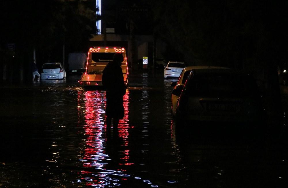 İzmir'de yağışın ardından deniz taştı: 1 kişinin cansız bedenine ulaşıldı - 15