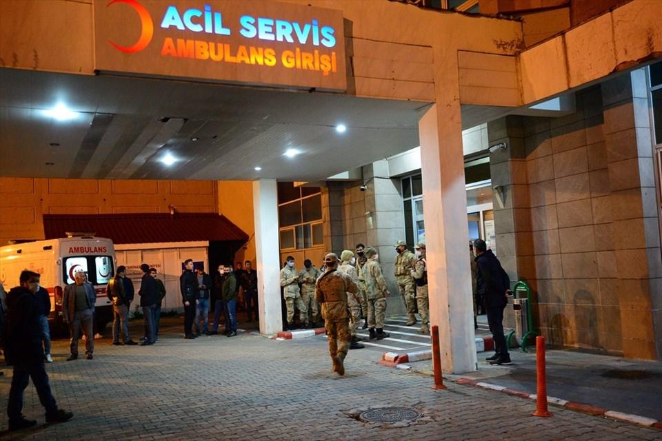 Teröristlerle çıkan çatışmada hafif yaralanan 4 asker Bitlis Devlet Hastanesi'ne getirildi.