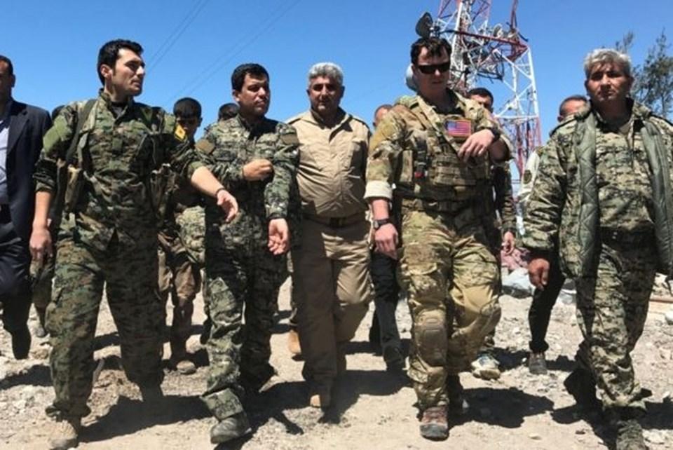 Bir ABD komutanının Suriye'de vurulan PKK/YPG mevzisini ziyaret sırasında çekilmiş bir fotoğraf (Mazlum Kobani-soldan ikinci)