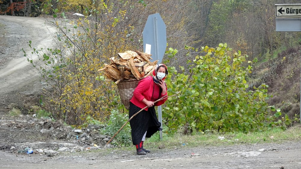 Karadeniz'in çalışkan kadınları: Köy toplansa evde tutamaz - 18