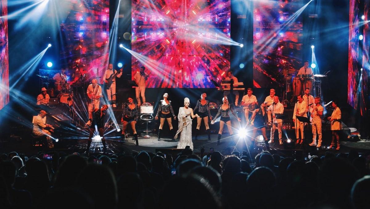 Ajda Pekkan 75 kişilik kadrosuyla sahnede
