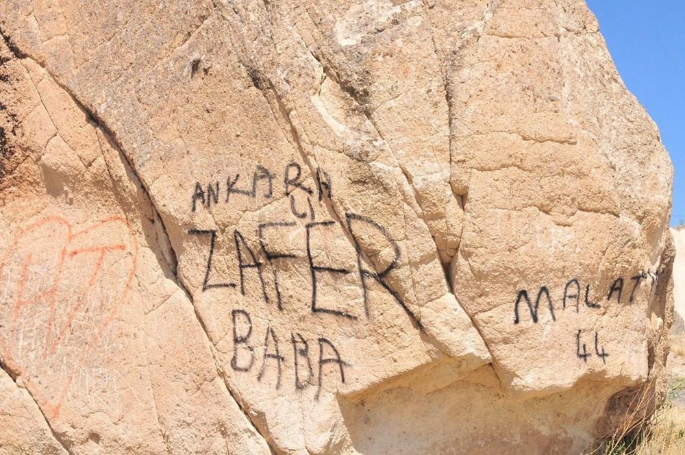 Kapadokya'da peribacalarına sprey boyalı tahrip - 3